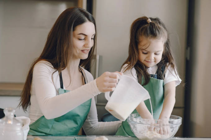 Baking cakes with children